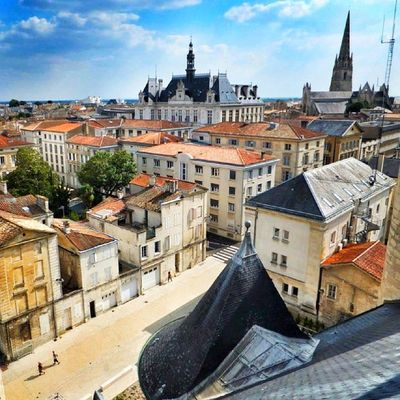 #niort vue de haut : la mairie et l'église notre dame Landscape_captures Thebestphotographers Niort World_specialist Igersfrance Globe_travel Igworldclub Igersniort Landscapehunter Citybestpics Momentsinthesun Cs_reality Ic_wow Mafia_moments Allshots_ Decisive_instant Stunning_shots Igs_photos Urm_feature Worldingram Ilovethisplace Ig_europe Splendid_shotz