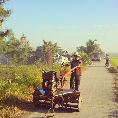 Off to work. Bulakenyo Araro Farmer BulacanBulacan Photooftheday @loves_philippines @tuklas_pilipinas @photosharingcommunity