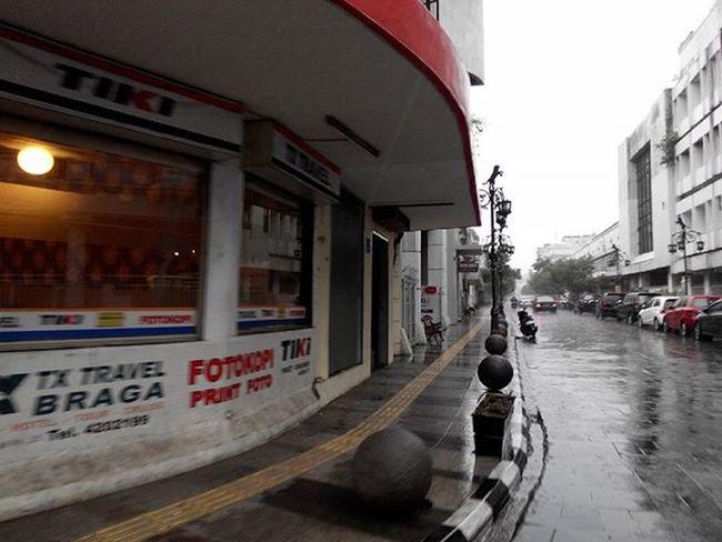 Braga yang teduh... Basah Tenang ... dan menyimpan jutaan cerita sederhana yang bermakna... Katakata Kata dari Pojokan Jalanbraga Bandung INDONESIA Lenovotography Pocketphotography Lzybstrd