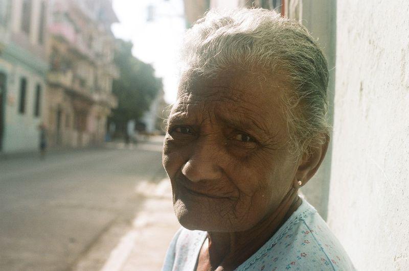 Señora de Havana. Lady of Havana. #eabreutravels #eabreucuba #eabreufilm #eabreuportraits #filmphotography #film #35mm #35mmfilm #canonae1program #canon_official #canon_photos canonphotography