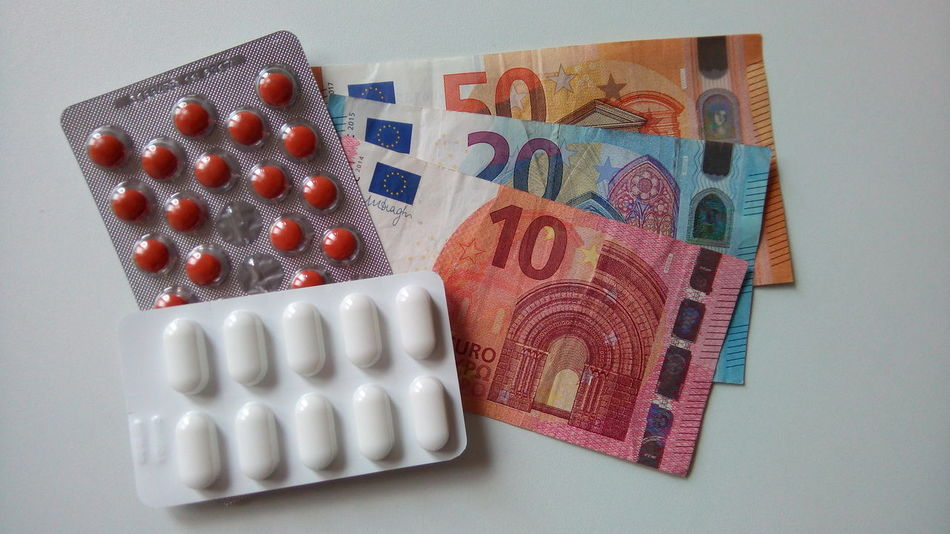 Pillen Geld Geldscheine Tabletten Blister Blister Pack Blister Packaging Pills On Table Pills And Money Money Pharmaceutical Indoors  Close-up No People