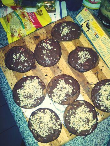 die mädels haben Muffins gebacken. die küche ist nicht völlig verwüstet, der backofen ist nicht abgebrannt. aber ich soll nur eins abkriegen.....