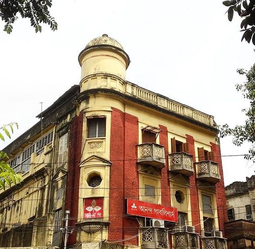 Ananda Bazar Patrika (ABP) Group is a large media group with headquarters in Kolkata. ABP Group was established in 1922. It publishes numerous Bengali language books by many renowned authors. Ananda Publishers is a division of ABP Group... and this is the publishing house!! . . ABP Ananda Publishers Bengali Media BritishRaj Structure Old Building Calcutta Kolkata Ig_calcutta City_of_joy Noedit Northkolkata Soi SOB Soc _cic