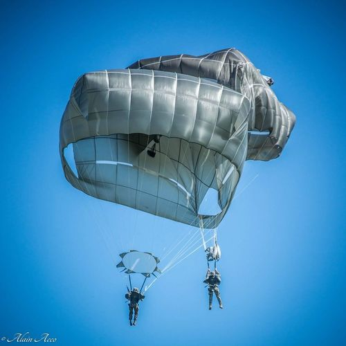 parachutage Paratroopers Parachutage Militaires Men's EyeEm Selects No People Futuristic Sky Day Close-up