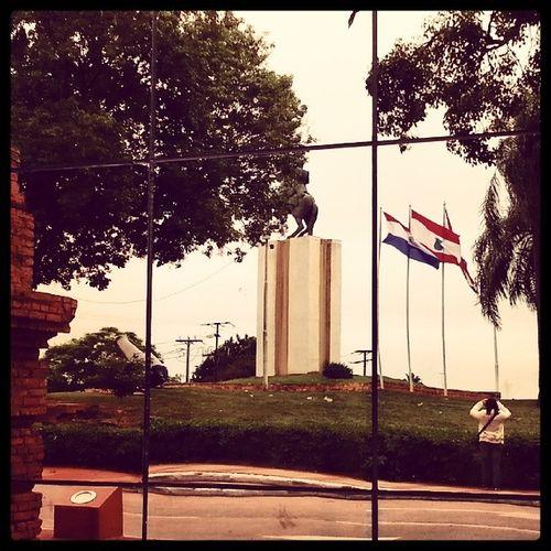Foto da fotógrafa, através da parede espelhada do Congresso Nacional! Paraguai Paraguai Asunción Instatrip instatravel