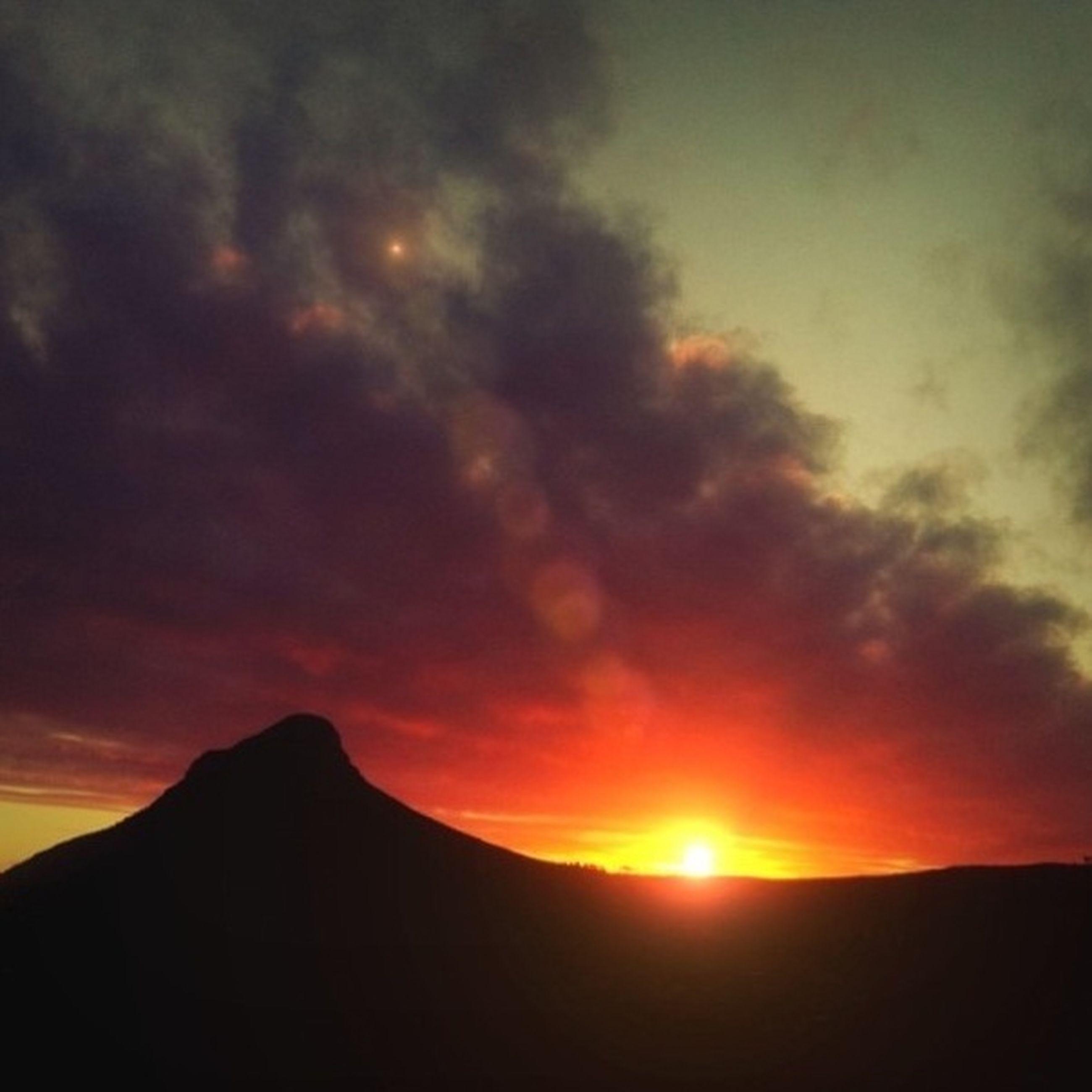 sunset, scenics, tranquil scene, tranquility, beauty in nature, mountain, sky, sun, silhouette, orange color, landscape, mountain range, idyllic, nature, cloud - sky, majestic, cloud, dramatic sky, sunlight, sunbeam