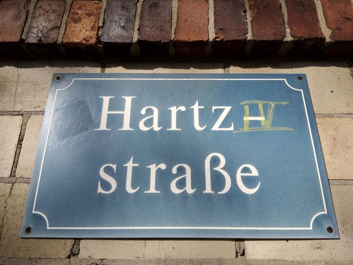 Hartz IV Hartz 4 ALG II ALG 2 Arbeitslos Arbeitslosigkeit Deutschland Germany Leipzig Sozialhilfe Straßenschild Straße Schild Sign