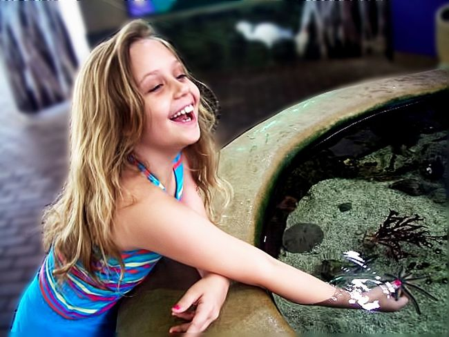 Aquarium Exploration Laughing Happy Vacation Water Aquarium Smiling Hair One Person Emotion Lifestyles Real People Child Girls Leisure Activity Blond Hair Long Hair