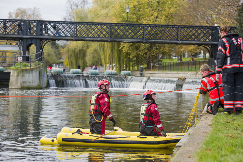 Cambridge firemen practicing river crossing Emergency Rope Adult Boat Bridge - Man Made Structure Cambridge Day Firefighters Firemen Hardhat  Life Jacket Lifestyles Men Nautical Vessel Oar Outdoors People Real People Reflective Clothing River Teamwork Togetherness Water