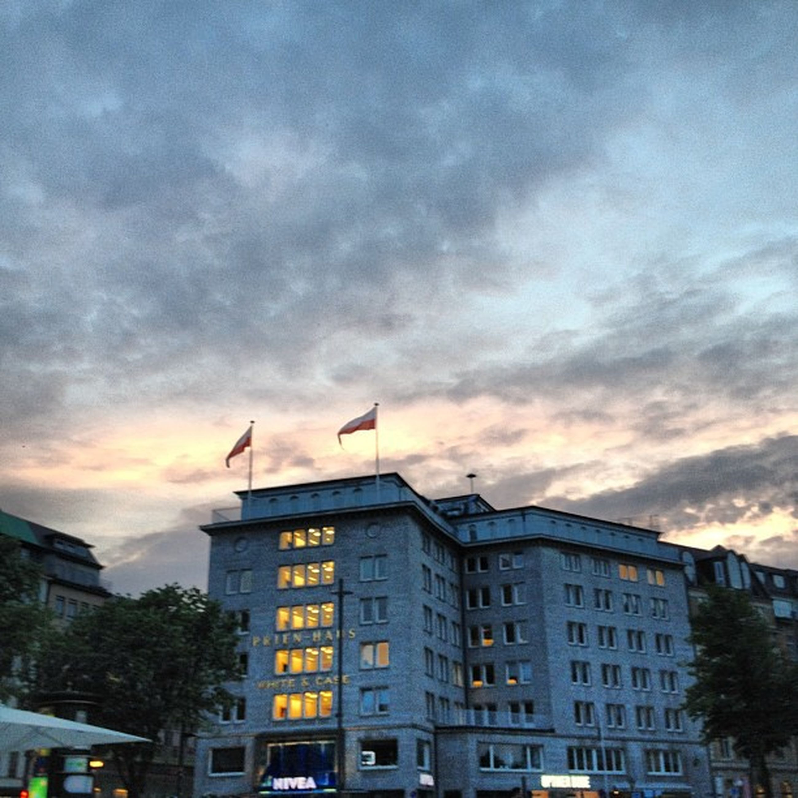 building exterior, architecture, built structure, city, sky, cloud - sky, residential building, cloudy, building, sunset, low angle view, residential structure, cloud, city life, cityscape, residential district, outdoors, no people, overcast, dusk