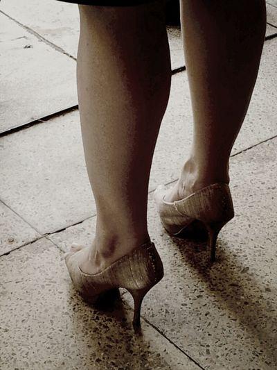 Na festa dos Bombeiros, inquieta, a dona dessas pernas torneados em perfeita harmonia com os saltos altos desfilava altiva, garbosa sob um calor de derreter militares e civis. Balançava os ruivos cabelos lisos a cada vez que vibrava o smartphone, que aten