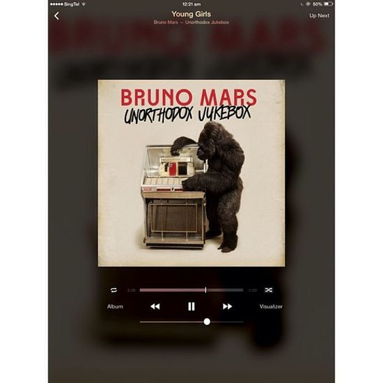 Probably the best screens in iOS7. Itunes Remote Brunomars Younggirls