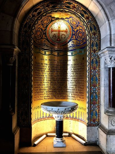 Monmatre Paris Inspirational Inschrift Gold Heilig Gral Religion Kapelle Kirche Indoors  Arch Window Architecture No People Day