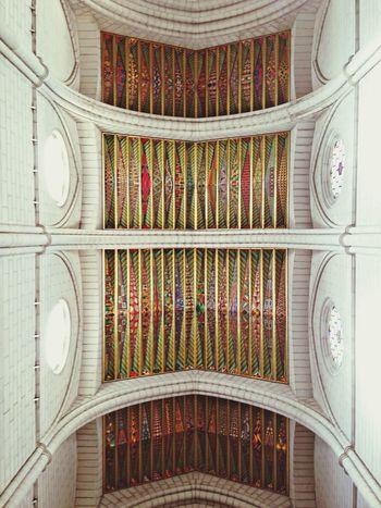 Los techos de la catedral de la Almudena alberga una gran cantidad de colores , siempre es una delicia observar esos techos, claro ke hoy estaba llena de domingueros Madrid Arquitecture Frescos