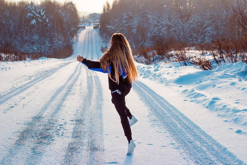 18 января. 🥳 Winter Snow Cold Temperature One Person Nature Full Length Lifestyles Real People Warm Clothing White Color Sunlight Rear View Human Arm Adult Leisure Activity Women Teenager Clothing Field Day