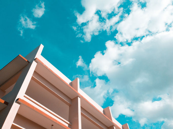 Always looking up. Buildings Mobilephotography Samsungphotography Orangeandblue Summer Sky Architecture Building Exterior Built Structure Cloud - Sky
