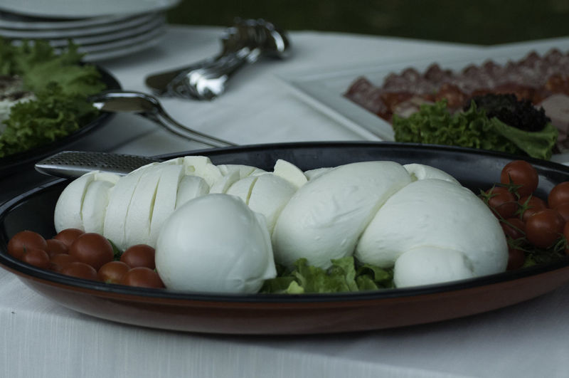Close-up of mozzarella with tomatoes in tray on table