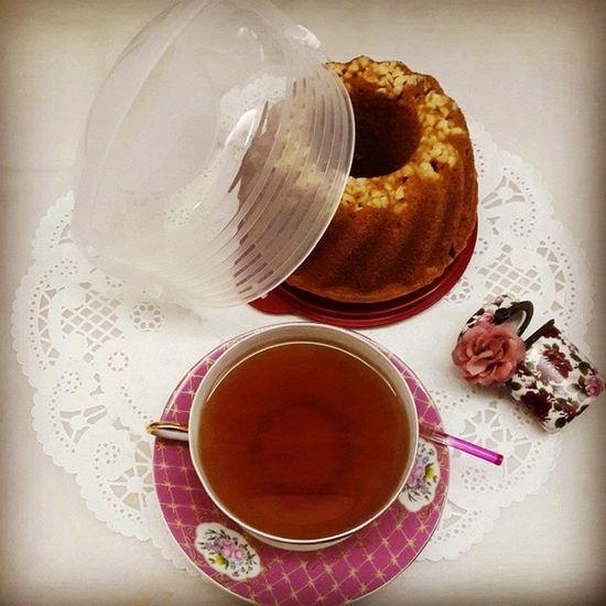 Colarci ğeri bana mini tek taşıma kabı almış Tupperware den hemen kek yapıldı çay demlendi keyfine varıldı Ablas ı Olan  ayrıcalıklıdır zeyno m seni sevirem ???