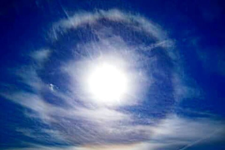 Ring Round The Sun Whatthefuckaretheyspraying Chemtrails Blue Or Red Pill Anomaly Space Astronomy Blue Backgrounds Sunlight Sun Sky Only Summer Cloudscape Dramatic Sky Meteorology Stratosphere