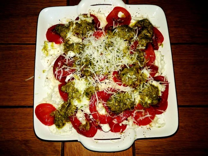 Mozzerela Tomatoes Pesto Parmazan Salade