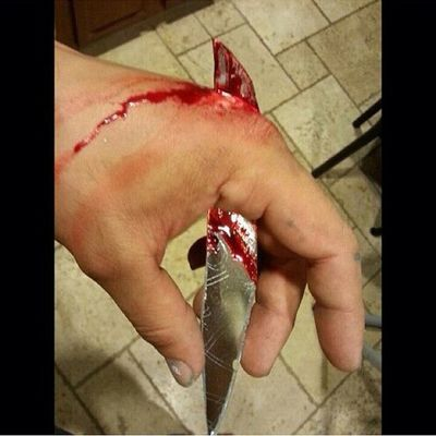 Wouldn't that hurt.? Hand Stabbed Glass OuchThatWouldHurt Bloody followme followforfollow follow4follow like4like likeforlike follow me please @50th_try_trevcore6996