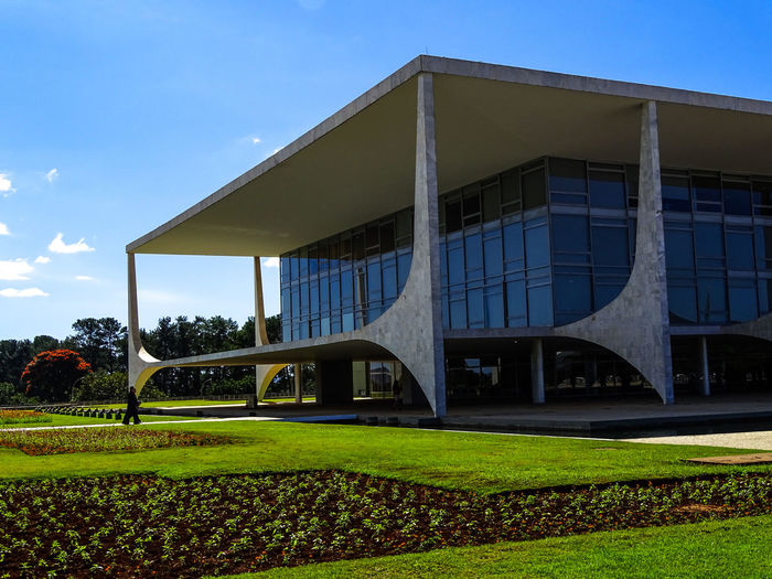 ezefer Architecture Brasília Building Exterior Built Structure Clear Sky Day Grass Green Color Modern Nature No People Outdoors Palácio Do Palácio Sky Sunlight The Architect - 2017 EyeEm Awards Tree