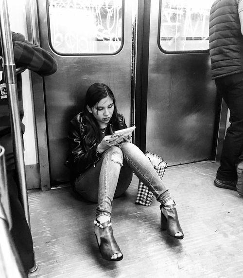 """Por doquier""🚊 Subway Train Mexico City Travel Photography Learning Girl Photo Blackandwhite People Books Mexico EyeEm Best Shots EyeEm Gallery Lifestyles Young Women Train"