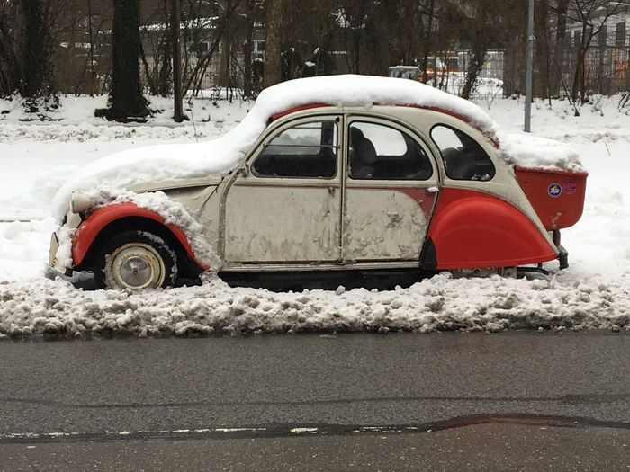 Eine eingeschneite Ente! 2CV Citroen Auto, Oldtimer im Winter, schlechte Zeiten, nass, Matsch, schlechtes Wetter, Schnee, 2019-01, Citroen 2cv Oldtimer Nice Car Car Winter Snow Winter Mode Of Transportation Transportation Motor Vehicle Cold Temperature Car Land Vehicle White Color No People Nature City Frozen Street Covering Red Outdoors Day