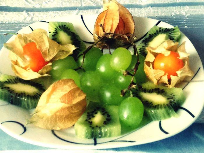 fruits Physalis Kiwi Kiwi - Fruit Trauben Grapes Fruit Plate Food Fruit Healthy Eating Freshness Table Indoors  No People Ready-to-eat Plate