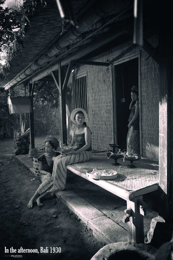 the girls of bali past were being gathered in the day (balinese 1930) Balinese Life Balinese Balinese Culture Balinesegirl History People The Past Women
