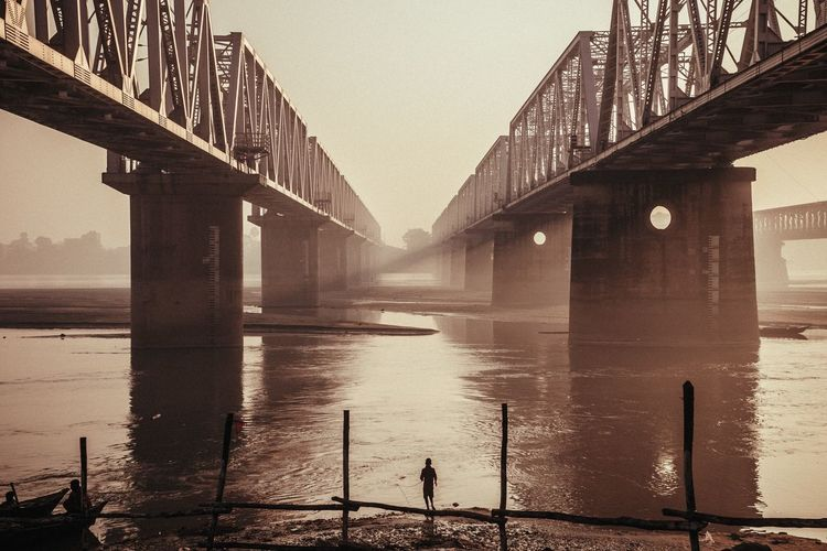 Kid fishing early morning in the Ganga river in Sonepur, Bihar. India © Zacharie Rabehi / Agence Le Journal