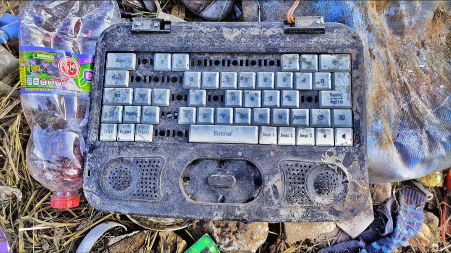Teclado Communication Technology Keyboard Technology I Can't Live Without Urbanphotography Urbanexploration Raw Photography Vibrant Color Love Photography Outdoors Front View Street Art Picsofday Obsolete Tapes_photography Creativity