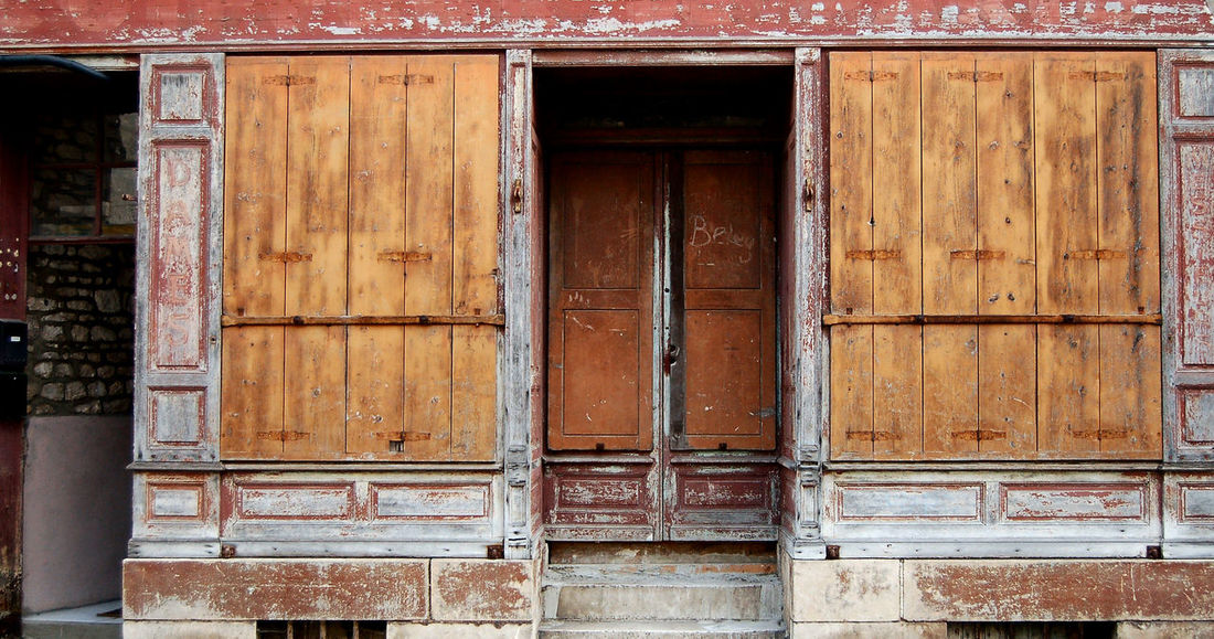 Architecture Architecturecommerciale Bois Boutique Closed Commerce Door Entrance Facadecommerciale No People Old Red Rouge Safety Symmetrical Volets Wood Wood - Material Wooden