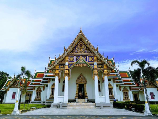typical Sunday Architecture Huawei P20 Pro Mobilephotography Temple Thai Architecture Buddism Buddhist Temple Blue Sky Bangkok Golden Colorful Serene HDR Facades Details Patterns & Textures Sharp Edge