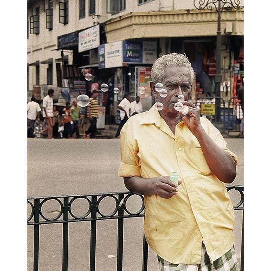 Bubble guy Pisekjongphoto Streetphtographers Streetphotography Snapshot candid portrait photooftheday picoftheday dailyphoto dailypic