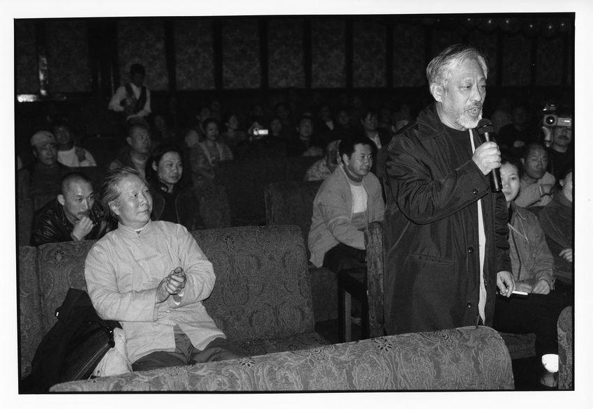 宋庄十年 著名批评家栗宪庭在观众席上献歌一曲。坐在左边的是艺术家常宗贤,现已去世。2004年。 1613 5093 10909308 12820764