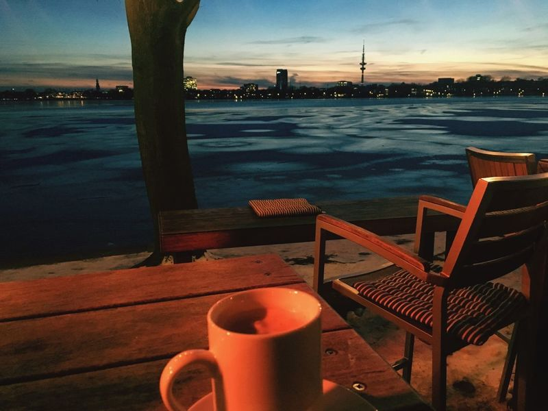 Chillout Hansestadt Hamburg Stay Warm ❄ Freezing Clear Sky Coffeejunkie Enjoying Life Winter Cold Temperature Eveningmood Evening Sky Germany🇩🇪 Skyline Hamburg Skyline Coffee Click Click 📷📷📷 Taking Pictures Hello Hamburg Hello World Alster View Table Water Restaurant Outdoors Cafe Sunset Sky City Sea Terrace