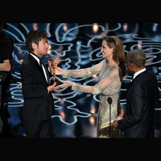 Она мне, на бери Султик, ты заслужил. А я, хъуа не надо Анжела, это же твое! ?? Джоли Angelina Jolie Oscar award