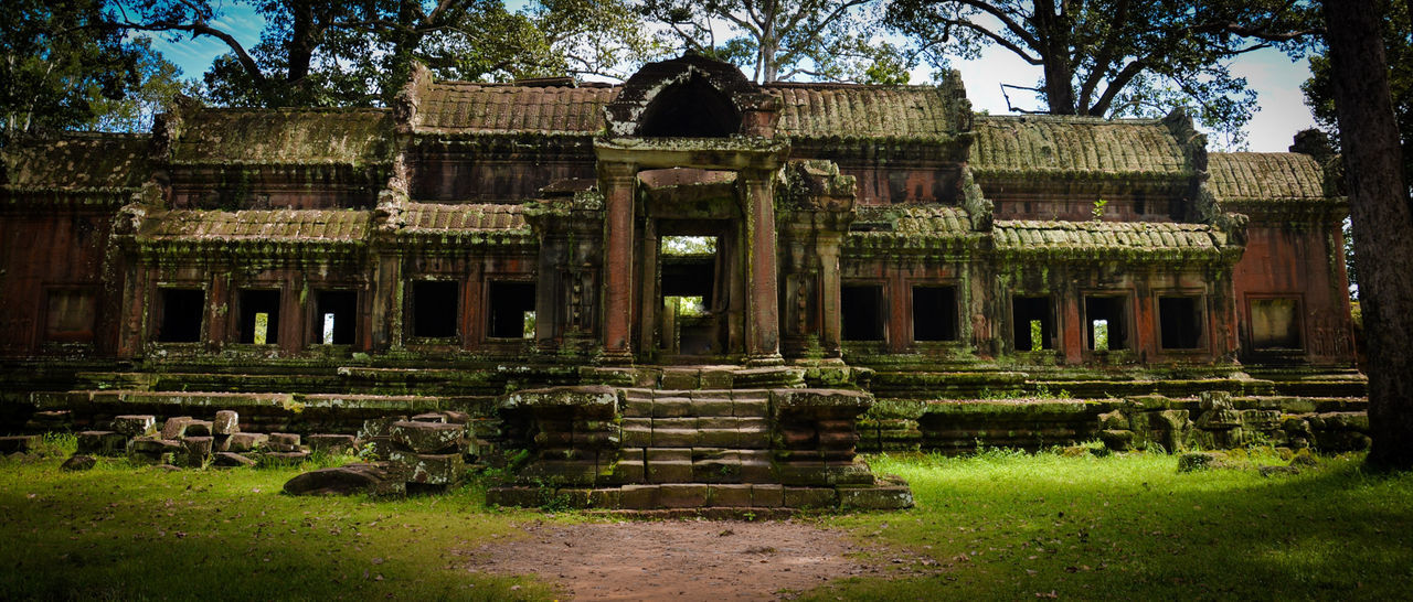 Ankorwat Temple Corridor Tree Trunk Green Color Bushes And Flowers Temple Architecture Mysterious Cambodia Photos Mystery House Scar