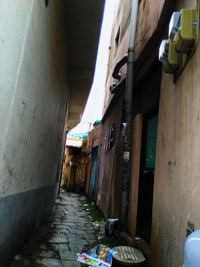 大通りの裏にある、こんな Back-alley 裏路地 を歩いて行くと、現地の人のいろんな生活や風の音、人の生活の音や鳥の声なども聞こえてくる。 韓国 Korea には教会が数多くあり、日常生活の中が祈りに満ちていると感じることが多い。時報の代わりに教会の鐘がなることもあるし、週末にはミサの歌声も聞こえてくる。この路地の奥は教会のそばにつながっているなんて、なかなか思いつくものでは無いけれど、壁に手書きの案内が電話番号や名前と書かれているのには思わず微笑んだ。 Koreatown テジョン EyeEm Korea Streetphotography Light And Shadow