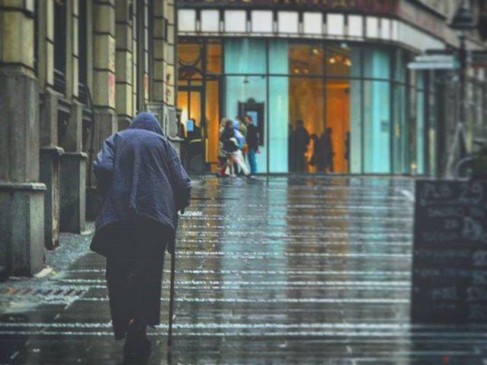",,Walking dead"" izdanje vecitih suzanja na beogradskim ulicama.. Beograd Belgrade Srbijauslikama Capitalism Inflation  Peoplephotography Streetphotography Rainy Economiccollapse"