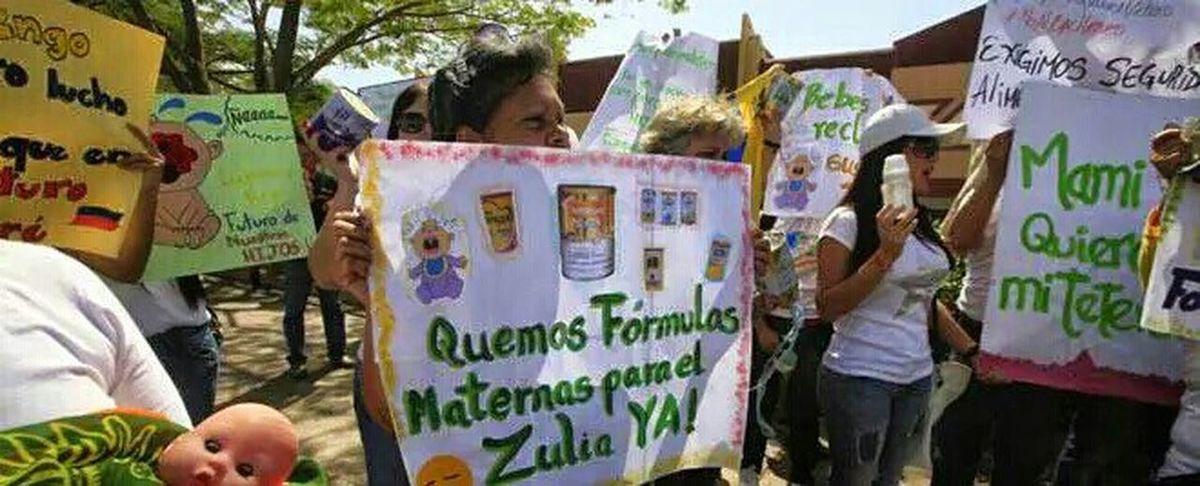"""Taking Photos Woiworld_restoExigirán informe médico para la venta de fórmulas lácteas en Zulia junio 16, 2015 6:04 am Publicado en: Actualidad, Regionales 0 0 (foto José Nava) Representantes de la Gobernación atendieron a las madres desesperadas por la leche de fórmula. Durante una hora se habló sobre la escasez que hay del producto en el mercado del estado. Marta Cortez, organizadora de la marcha Mami quiero mi tetero, informó que se pedirán las partidas de nacimiento para la compra de la leche para los infantes. """"Se va a formar una mesa de diálogo para buscar una solución a la venta de las fórmulas lácteas y los pañales"""". Así lo reseña laverdad.com / Faviana García Los padres que compren fórmulas especiales: para el reflujo, las alergias y la intolerancia a la lactosa tendrán que presentar un informe médico que justifique la necesidad del bebé. El grupo de mujeres y hombres que marcharon el domingo hasta la sede de la Gobernación quedó conforme con la respuesta pero esperan que las palabras se conviertan en hechos. Por ahora descartan otra marcha. """"También pedimos más presencia policial en el centro de Maracaibo, donde se suelen ver precios exorbitantes"""". Billy Gasca, secretario de Gobierno; Enrique Parra, intendente de Maracaibo; Magdelys Valbuena, presidenta del Consejo Legislativo del Estado Zulia; y Nelson Canquiz, secretario de asuntos políticos y administrativo, fueron quienes atendieron a los marchantes. Prometieron comunicarse con los padres para notificarles cualquier decisión. Canquiz en una rueda de prensa recalcó que la medida de pedir partidas de nacimiento e informe médicos nació de las madres. REVISIÓN Billy Gasca, secretario de gobierno, informó que se ordenó una revisión de la tabla de restricciones de productos para que los padres puedan adquirir una mayor cantidad de productos como la fórmula láctea. """"Los padres con morochos tendrán el acceso doble a estos regulados"""". Añadió que se le solicitó a la Sundee inspeccionar a los negocios donde hayan """