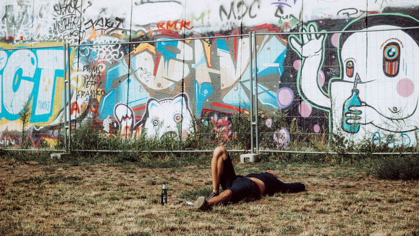 Alternative Art Beer Berlin Chilling Creativity Day DDR Diemauer Eastsidegallery Friedrichshain GDR Graffiti Lifestyle Outdoors Relaxing Relaxing Moments Sleeping Summer Summer 2016 Thewall Capture Berlin