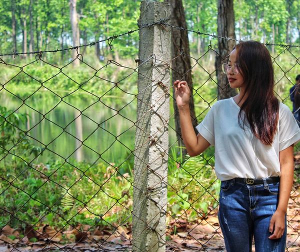 She just helping me to get a great image . Fashion Model Fashion Photography Fashion Casual Clothing One Person Fence Standing Barrier Boundary The Fashion Photographer - 2018 EyeEm Awards Three Quarter Length Plant Tree Real People Leisure Activity Day Front View Lifestyles Nature Adult Women Young Women Young Adult Jeans