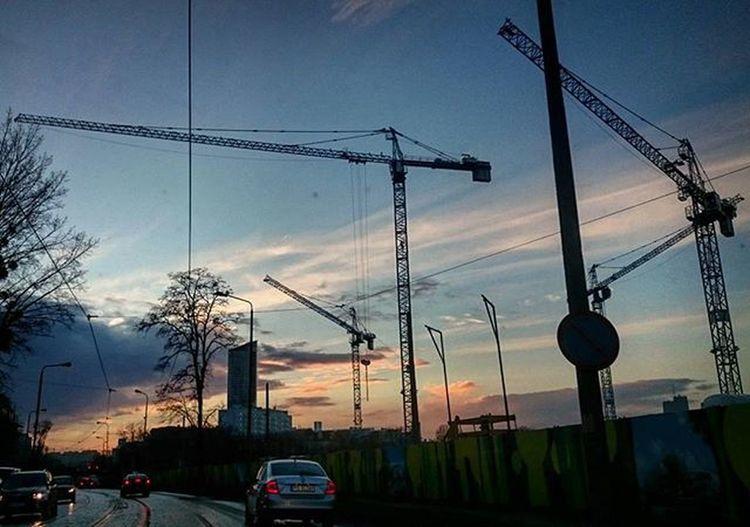 Wroclaw Igerswroclaw Zachod Dźwig Budowa Dworzec SkyTower Droga Samochody Sunset Crane Building Construction Street Cars