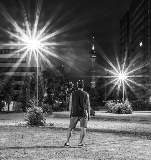 Sternenlichter in der Großstadt Blackandwhite Black And White Blackandwhite Photography Black&white City Full Length Men Light Beam Politics And Government Rear View Arts Culture And Entertainment Illuminated Sky Back Human Back #urbanana: The Urban Playground