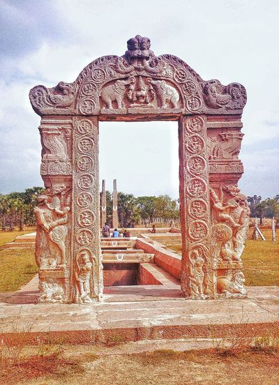 South Indian Architecture. Entrance for a well that supplies water for irrigation. Marvelous design and sculpting skills.. SouthindianArchitecture Kancheepuram Sanjeevarayar Temple Well Sculpture Sunny Day Ethnic Monuments Beautiful Architecture