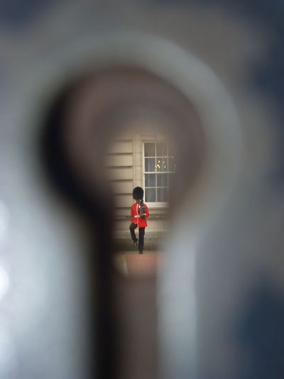 Army solder seen through key hole at buckingham palace