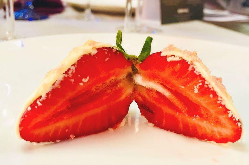 Клубника Клубникавсливках клубникавшоколаде десерт клубника Close-up Indoors  Plate Still Life Red Table Strawberry Dessert Serving Size SLICE Healthy Eating Fruit
