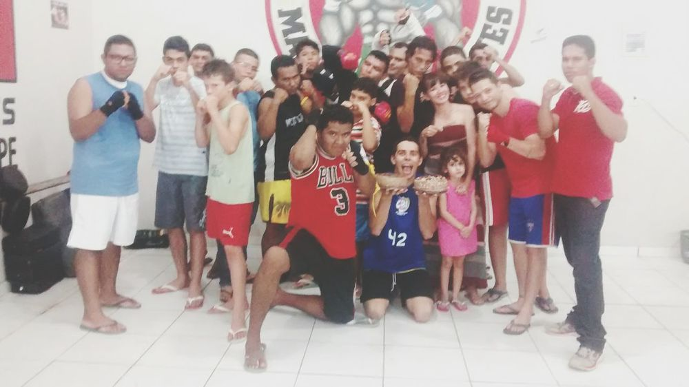 Galera comemorandon mais um niver familia rinos. Muay Thai com a Rinos